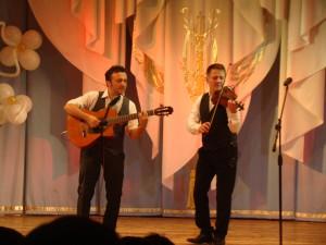 Степан Мезенцев (скрипка) и Петр Маланов (гитара)