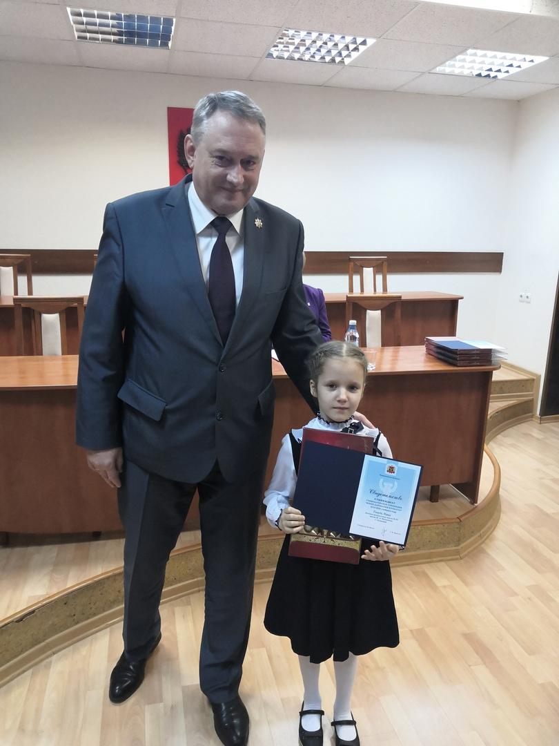 Глава округа вручил удостоверения Стипендиата Губернаторской стипендии «Юные дарования Кузбасса»